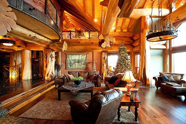 покрытый лаком дом из бревна